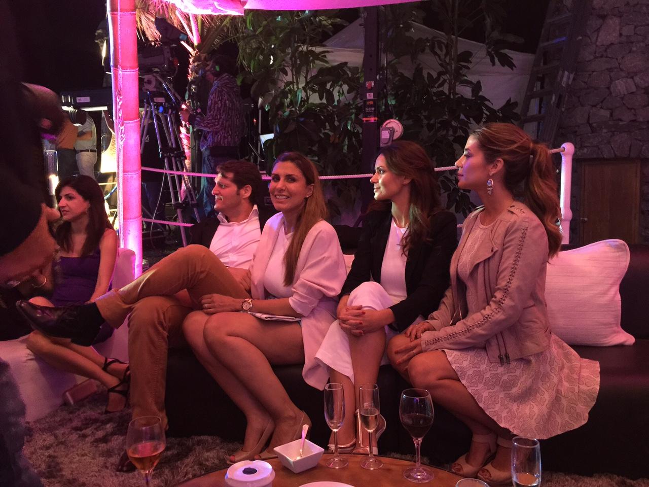 Disfrutando de la actuación de Soraya: Mercedes Urrea de Hola, Manu Tenorio, Silvia Casas y Elena Tablada